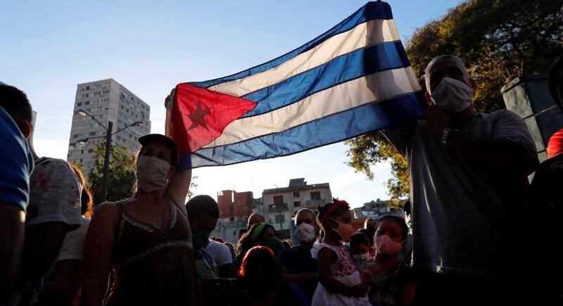 LA HABANA (CUBA), 29/11/2020.-Cientos de personas asisten a un concierto organizado por organizaciones juveniles para condenar la campaña mediática en apoyo al movimiento de San Isidro, en La Habana (Cuba). Varios centenares de personas convocadas por las organizaciones juveniles del gobierno cubano se concentraron en un parque de La Habana para expresar su rechazo al pujante movimiento de parte de la comunidad artística del país que demanda libertad de expresión y creación. EFE/ Ernesto Mastrascusa