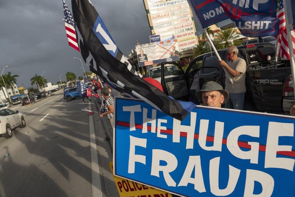 Partidarios de Donald Trump se manifiestan en Miami tras las elecciones presidenciales estadounidenses contra lo que consideran un triunfo fraudulento de Joe Biden. EFE/EPA/Cristobal Herrera-Ulashkevich