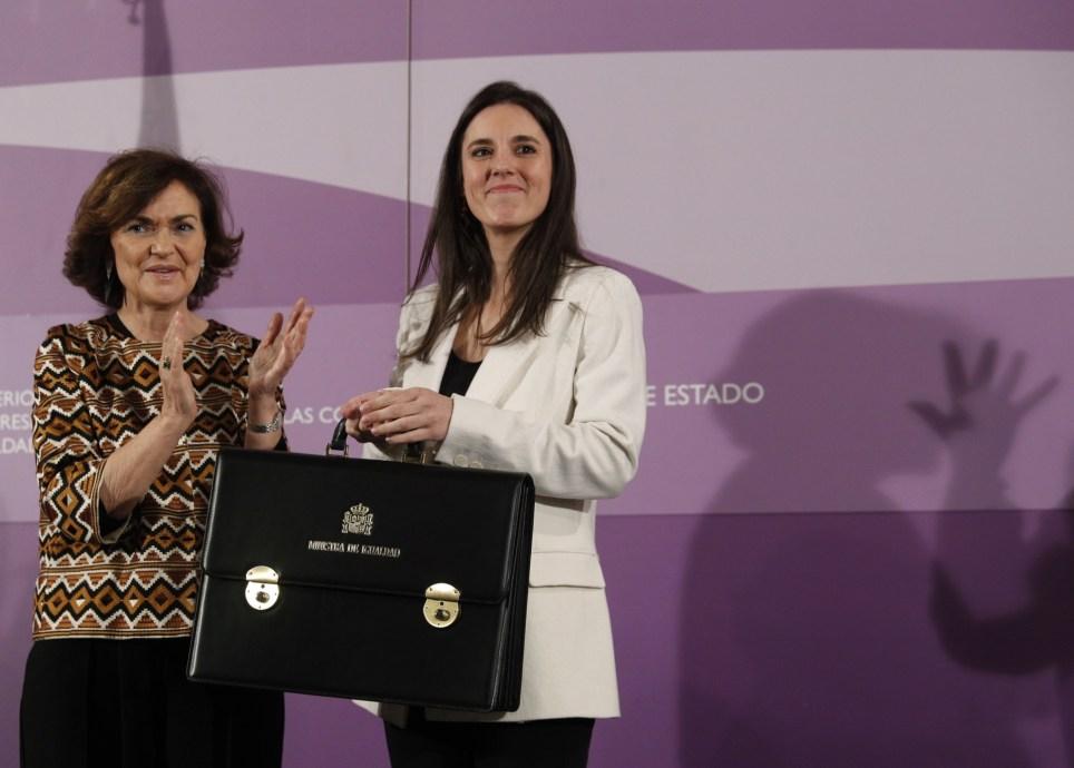 La vicepresidenta primera del Gobierno, Carmen Calvo, felicita a la ministra de Igualdad, Irene Montero, durante la toma de posesión de su cartera en Madrid. EFE/Javier Lizón