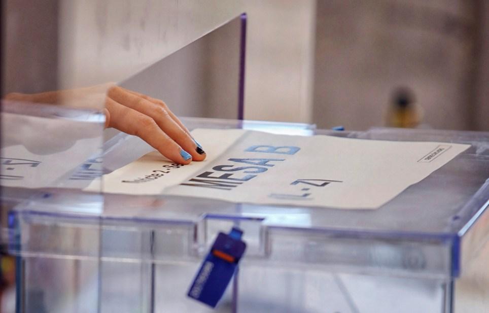 Una urna en un colegio electoral del municipio barcelonés de Igualada durante los últimos comicios autonómicos catalanes. EFE/ Susanna Sáez