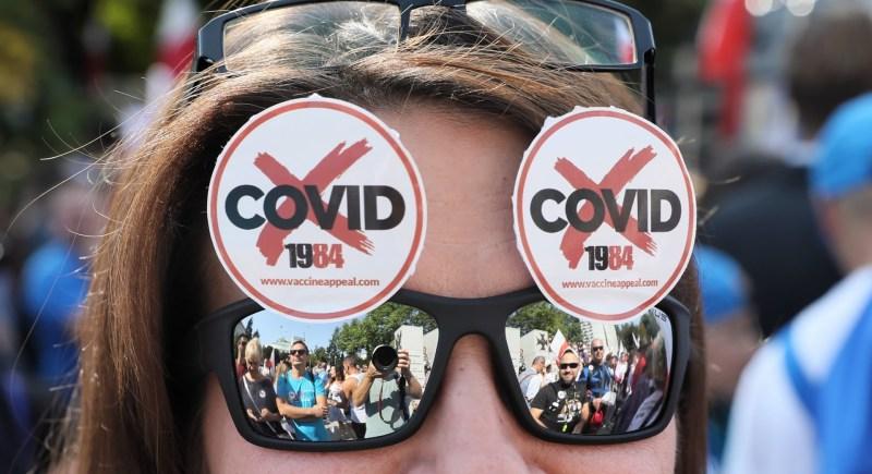 Una manifestante protesta en Varsovia contra las restricciones para hacer frente a la pandemia. EFE/EPA/LESZEK SZYMANSKI