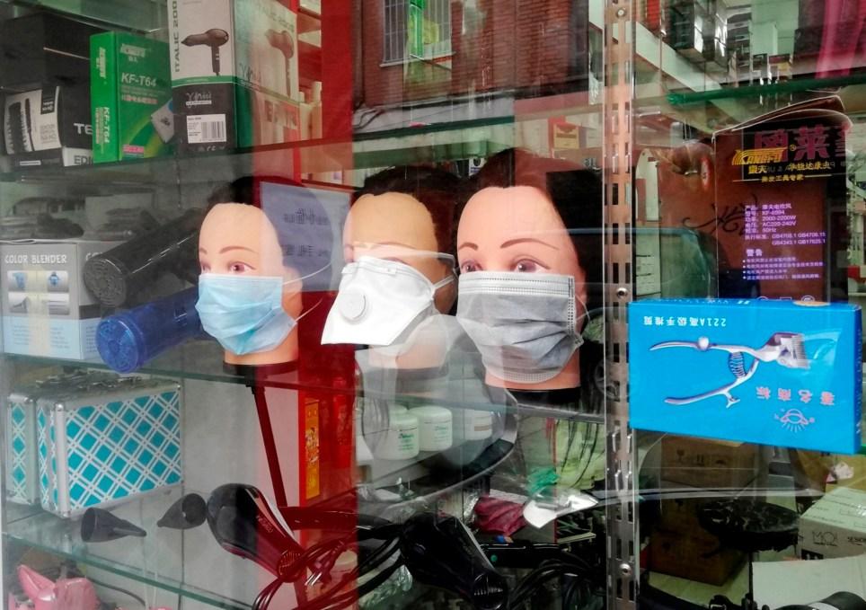 Escaparate de un establecimiento chino en el distrito madrileño de Usera. EFE/Juan Vargas