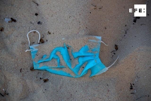 Vista de una mascarilla tirada en la arena en la playa de Punta Cana (República Dominicana). EFE/ Orlando Barría.
