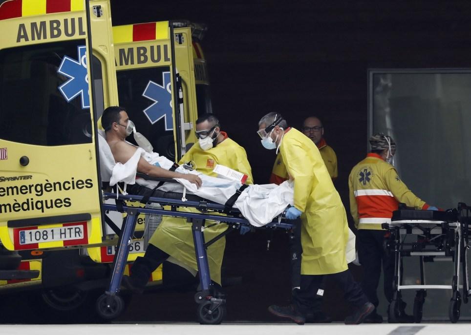 Llegada de un enfermo de COVID-19 a la zona de urgencias del Hospital de Bellvitge, en Barcelona. EFE/Andreu Dalmau