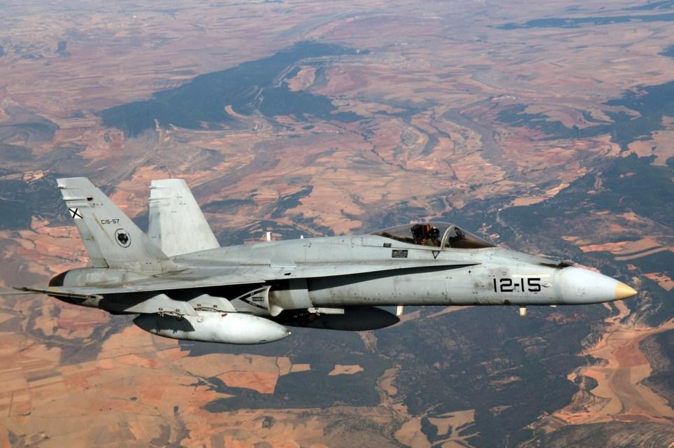 Un avión de combate F-18 del Ejército del Aire español sobrevuela Aragón. EFE/MG