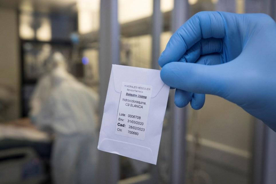 Una enfermera de la unidad de cuidados intensivos (UCI), del hospital universitario Morales Meseguer de Murcia (España), muestra una dosis de hidroxicloroquina. EFE/Marcial Guillén/Archivo