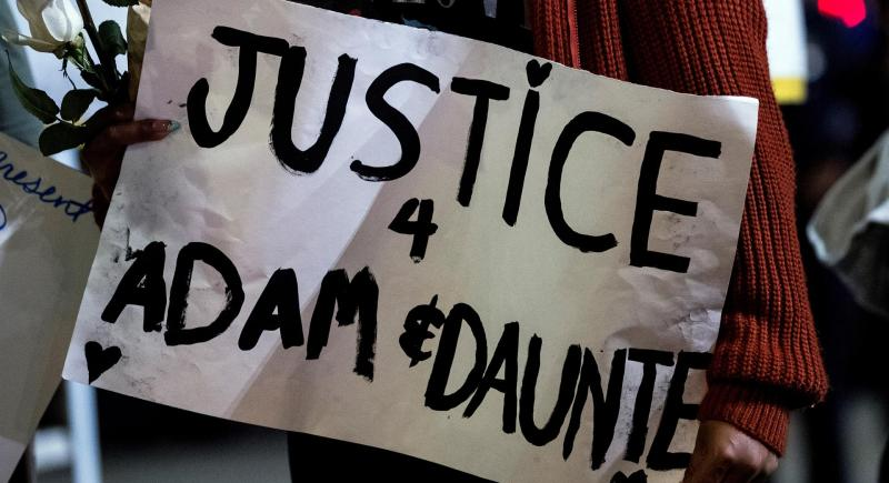 Una pancarta pide justicia para Adam Toledo y Daunte Wright, muertos a manos de la Policía estadounidense. EFE/EPA/ETIENNE LAURENT