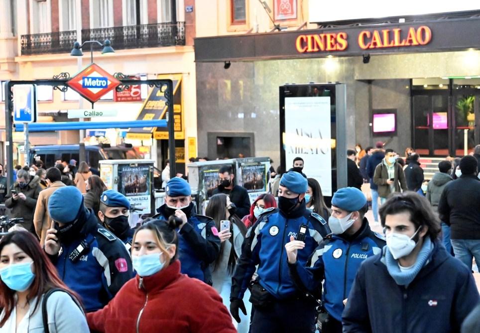 Policías municipales patrullan la céntrica plaza del Callao de Madrid. EFE/Víctor Lerena