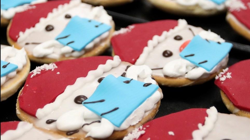 Pastas con forma de Papá Noel con mascarilla a la venta en una pastelería de Dortmund.EFE/ Friedemann Vogel