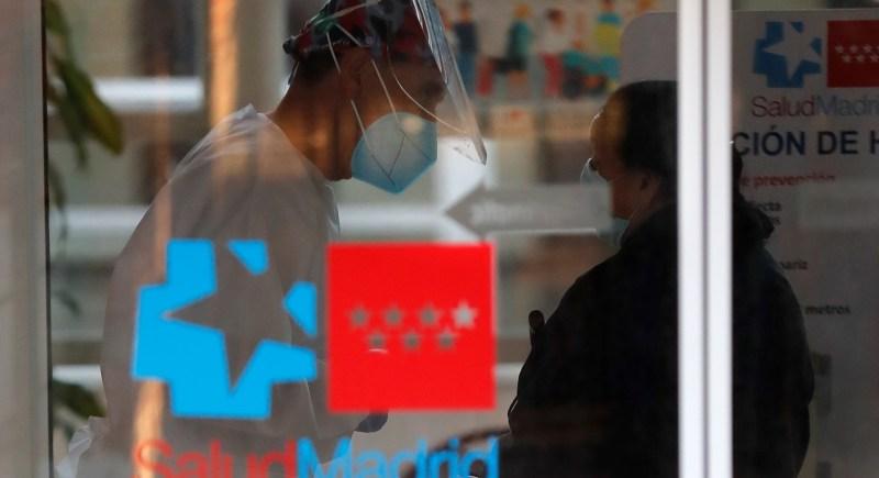 Una vecina es atendida en un centro de salud del distrito madrileño de Vicálvaro, afectado por las restricciones de movilidad frente a la pandemia de COVID-19. EFE/Chema Moya