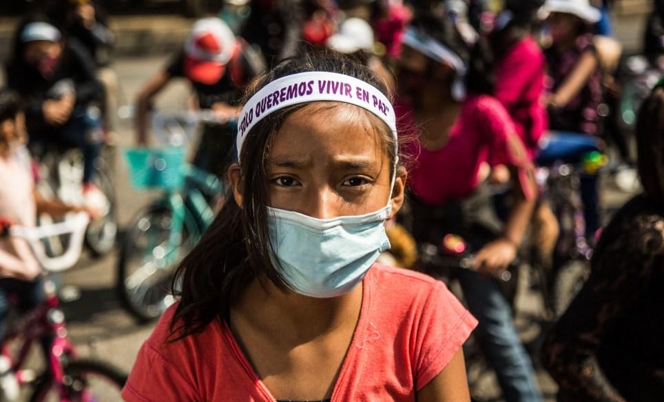 En bicicletas, con mascarilla y con peluches, decenas de niñas protestan contra el asesinato y el secuestro en el centro de Ciudad de Guatemala (Guatemala). EFE/Esteban Biba