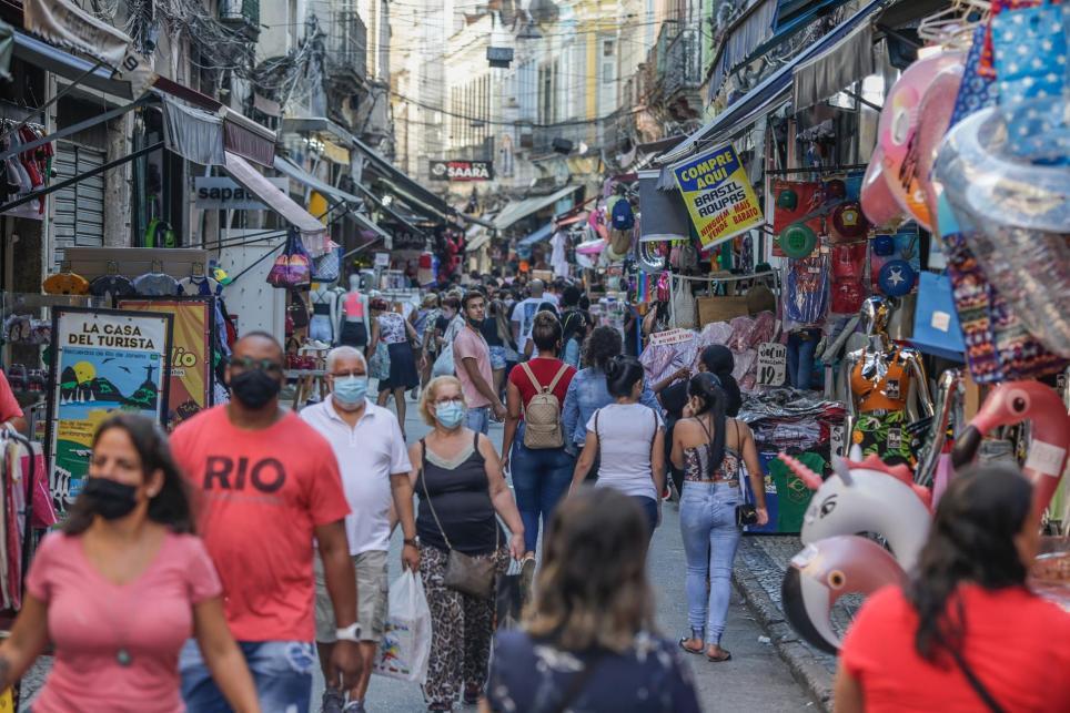 Público recorre un sector comercial este 9 de abril de 2021 en Río de Janeiro, la segunda ciudad de Brasil más azotada por la pandemia del coronavirus. EFE/André Coelho/Archivo