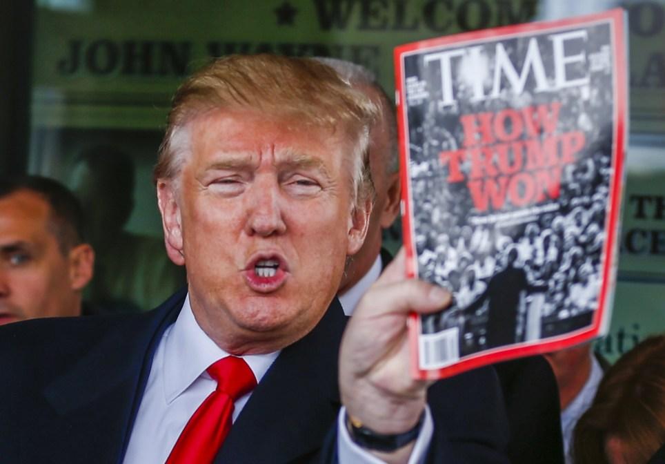 Foto del entonces candidato republicano mientras muestra un ejemplar de la revista Time durante un mitin en Iowa, el 19 de enero de 2016. EFE/Tannen Maury