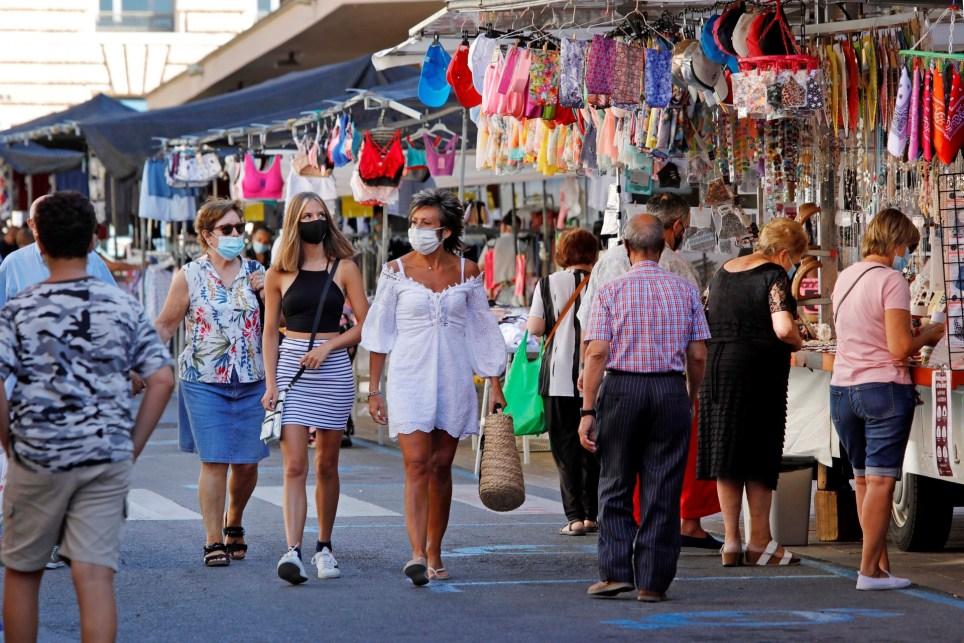 Vecinos de Reus (Tarragona) en un mercado del centro de la ciudad. EFE/ Susanna Sáez