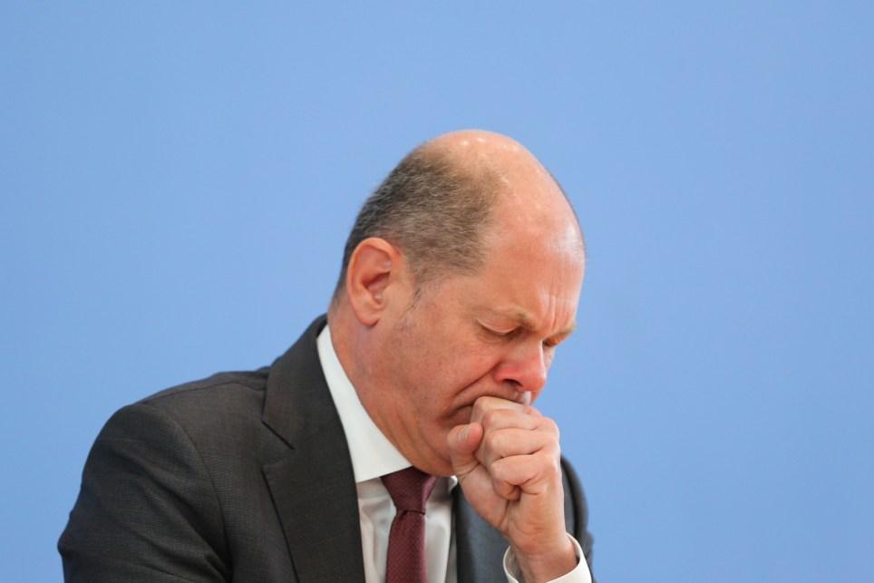 El ministro de Finanzas alemán Olaf Scholz tose durante una rueda de prensa en Berlín. EFE/EPA/Christian Marquardt.