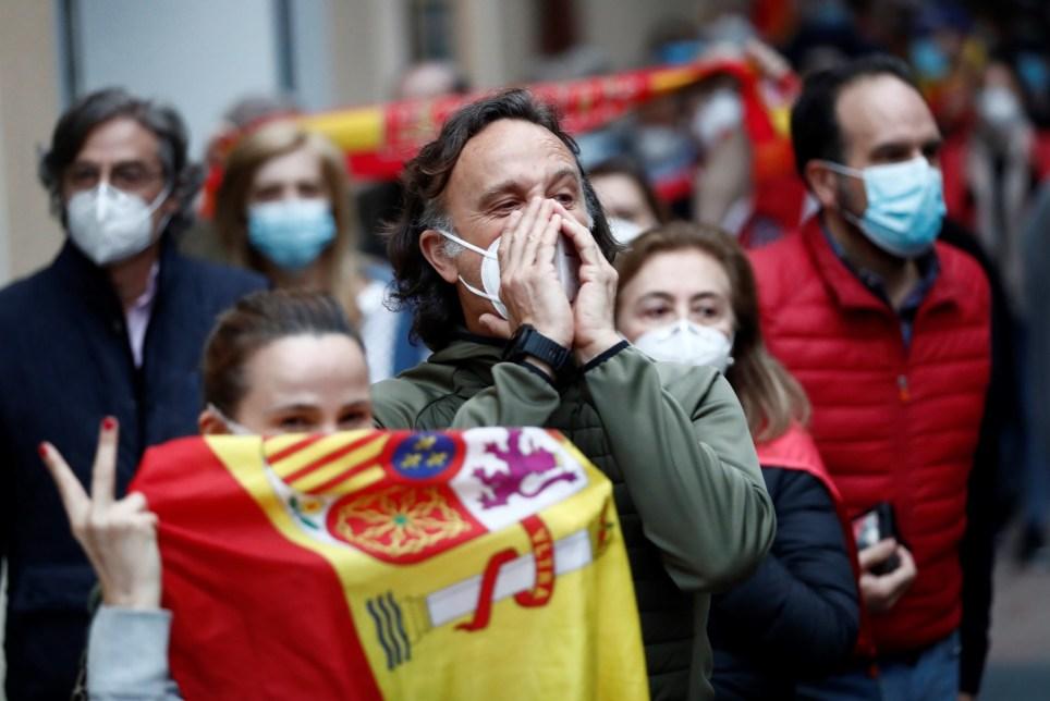Vecinos del madrileño barrio de Salamanca se manifiestan contra el Gobierno por su gestión en la crisis del coronavirus. EFE/ Mariscal