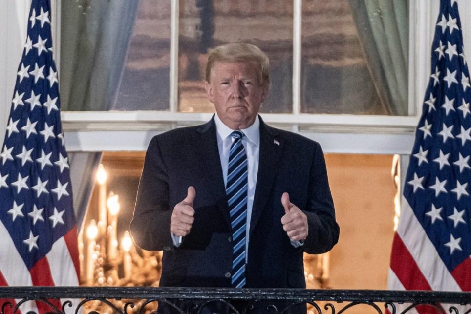 El presidente de Estados Unidos, Donald Trump, regresa a la Casa Blanca tras someterse a tratamiento en un hospital cercano a Washington por haber contraído la COVID-19. EFE/EPA/KEN CEDENO / POOL