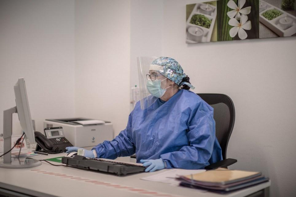 Una enfermera de un centro de salud valenciano en el despacho donde deriva pacientes con posibles síntomas de COVID-19. EFE/Biel Aliño