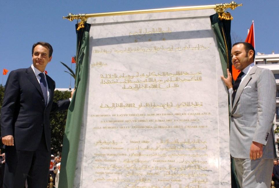 Zapatero y Mohamed VI descubren una placa en recuerdo de las víctimas de los atentados perpetrados en Casablanca esta ciudad en mayo de 2003. EFE/Emilio Naranjo