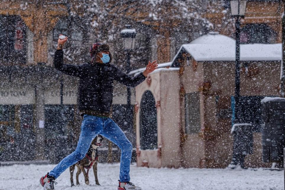 Un hombre lanza una bola de nieve durante la borrasca Filomena, el 7 de enero en Toledo. EFE/Ángeles Visdómine
