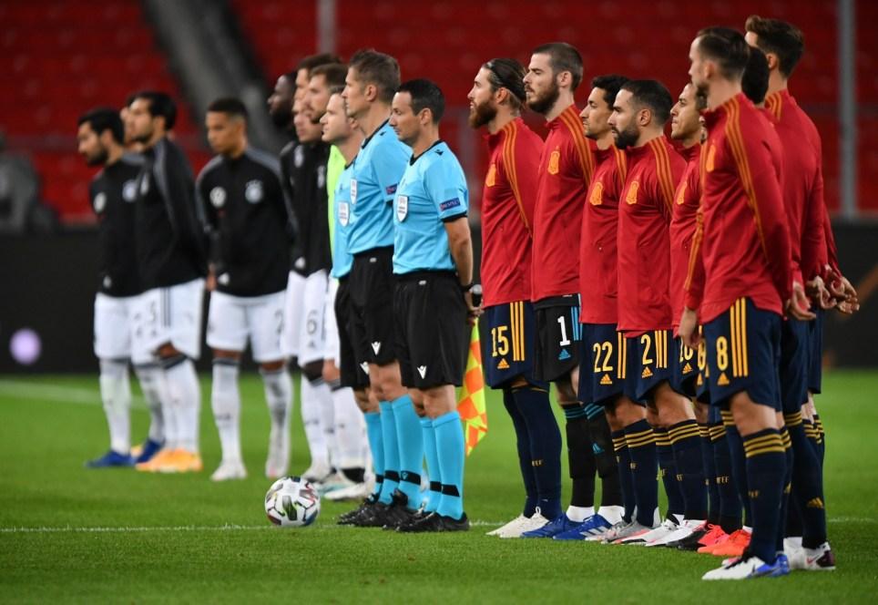 Las selecciones de Alemania y España se preparan para escuchar la interpretación de los himnos nacionales de los dos países antes de disputar un partido de la Liga de Naciones de la UEFA en la ciudad alemana de Stuttgart. EFE/EPA/Philipp Guelland