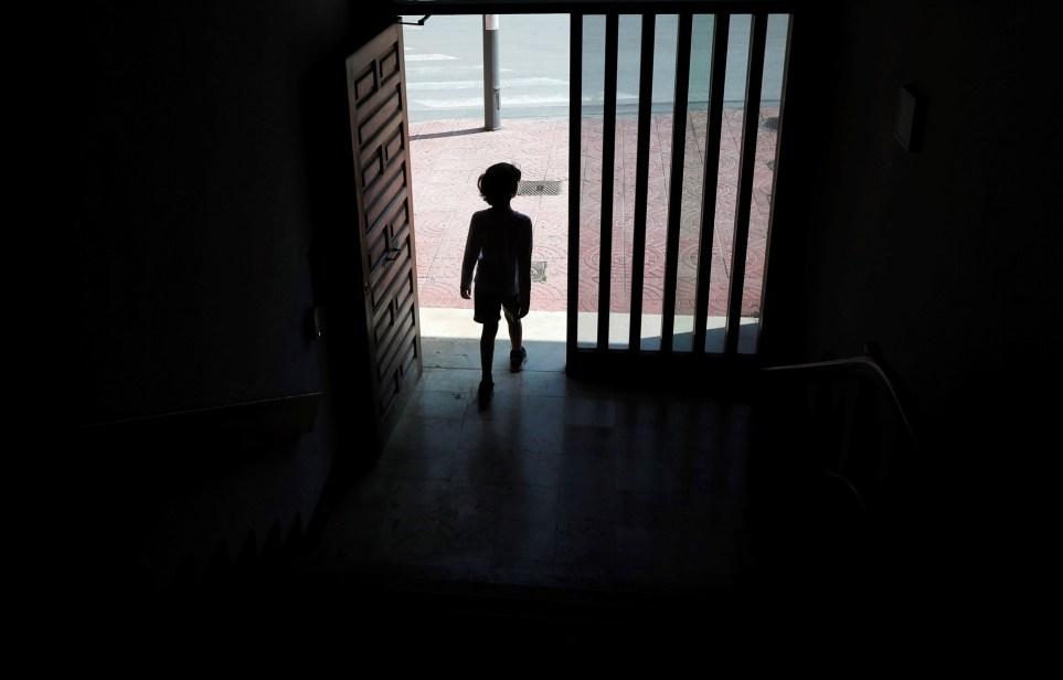 Un niño sale a la calle en la localidad valenciana de Godella. EFE/Kai Försterling