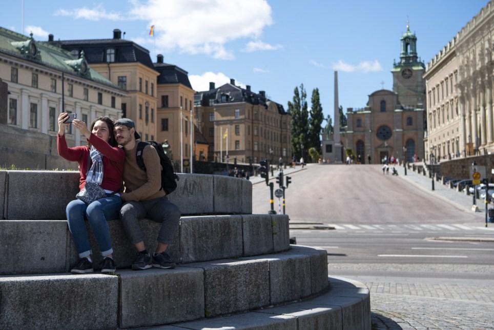 Dos turistas toman una foto en el centro histórico de Estocolmo, casi desierto por la pandemia de COVID-19. EFE/EPA/Ali Lorestani/TT SWEDEN OUT