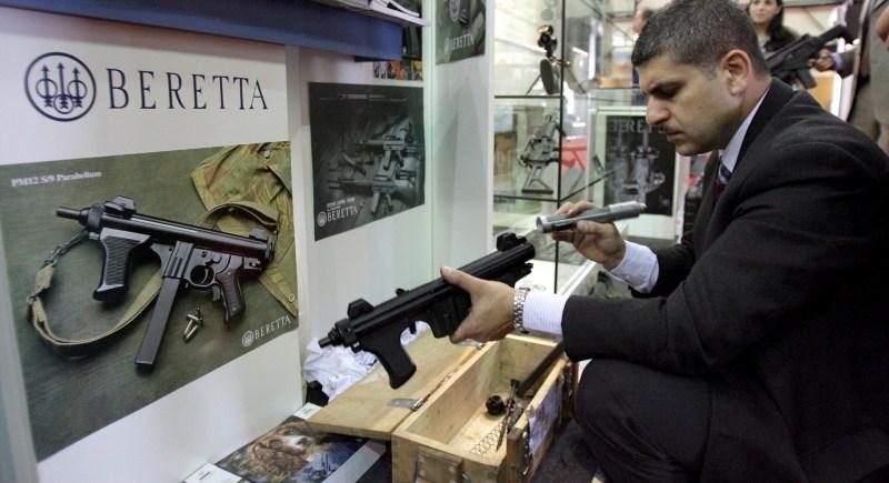 Expositor de Beretta en la Feria de Seguridad de Oriente Medio, en Beirut. EFE/Nabil Mounzer