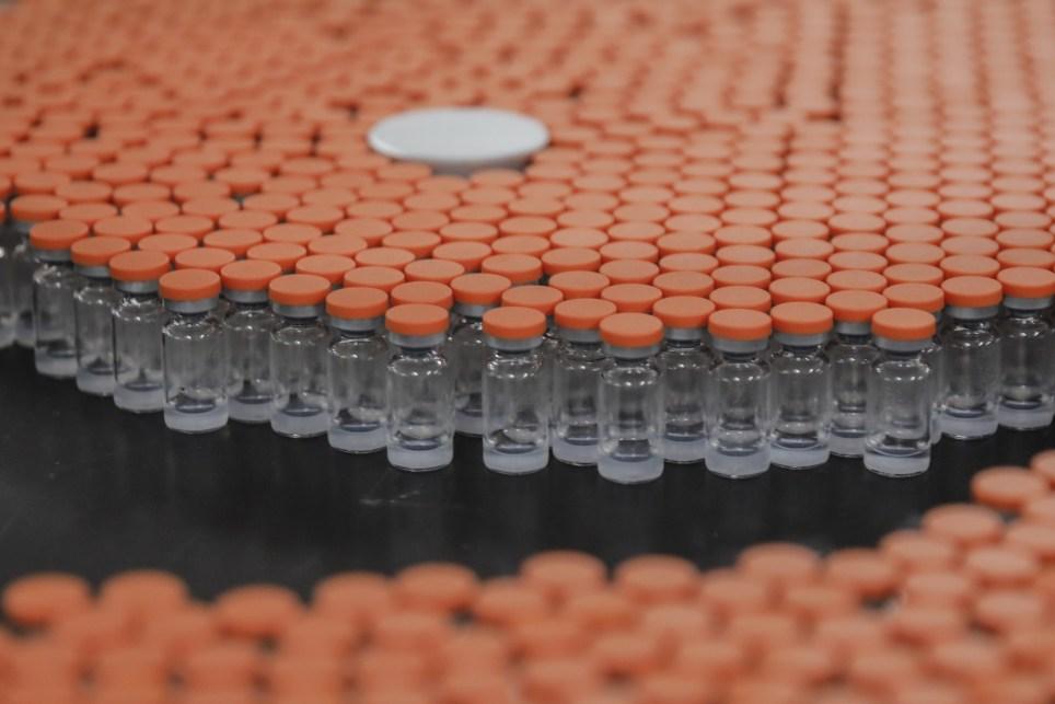 Vacunas contra la covid-19 del laboratorio chino Sinovac preparadas para su embalaje en las instalaciones de la farmacéutica en Pekín. EFE/EPA/Wu Hong