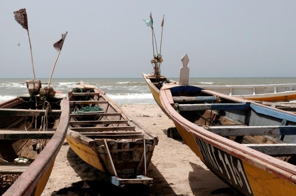 Cayucos de pesca varados en el asentamiento mauritano de Legweichich. EFE/Javier Alonso.