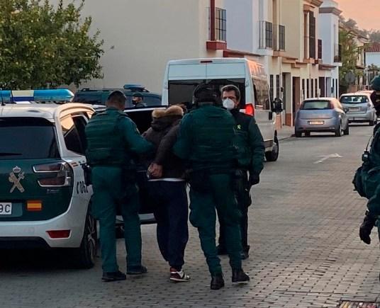 Agentes de la Guardia Civil detienen a una persona en una operación antidroga. EFE/Triana Abad