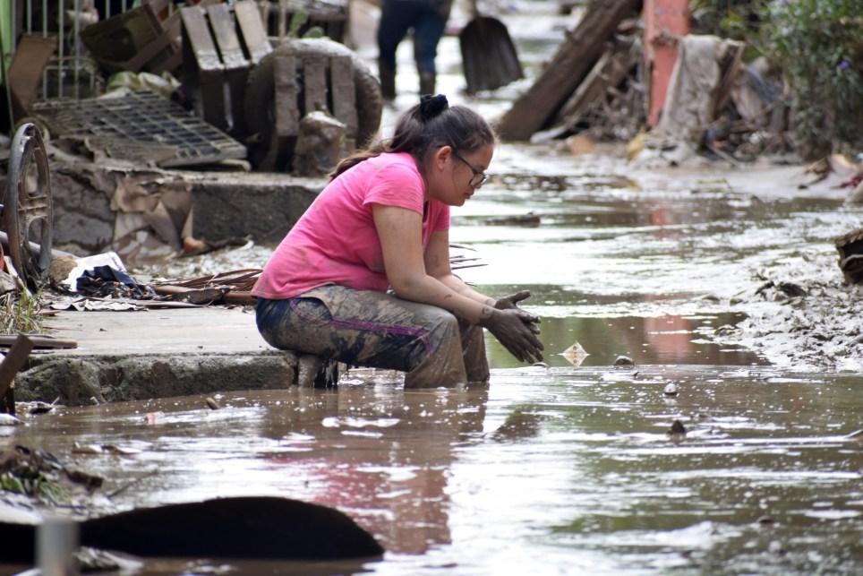 Una mujer se lamenta tras volver a su vivienda para limpiarla dadas las inundaciones que dejó a su paso la tormenta tropical Iota, en la localidad de La Lima, departamento de Cortés (Honduras). EFE/José Valle