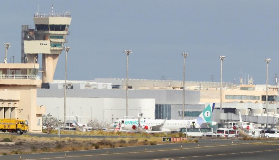 Torre de control y pistas del aeropuerto de Gran Canaria. EFE/ Elvira Urquijo A.