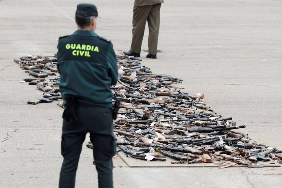 Un guardia civil observa armas incautadas en décadas pasadas a ETA y otros grupos terroristas antes de su destrucción simbólica en el Colegio de Guardias Jóvenes de Valdemoro (Madrid). EFE/Chema Moya