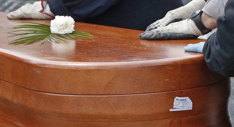 Entierro de una víctima del coronavirus en el Cementerio Parroquial Nuestra Señora La Antigua, de Madrid. EFE/J.J. Guillen