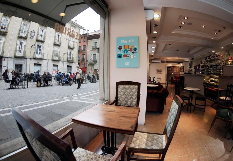 Interior de una cafetería del casco viejo de Pamplona. EFE/ Jesús Diges
