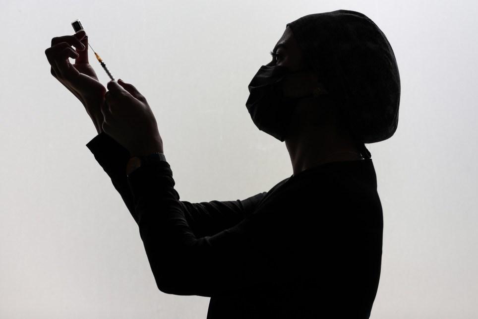 Una enfermera prepara una vacuna de ARN mensajero. EFE/EPA/SEDAT SUNA