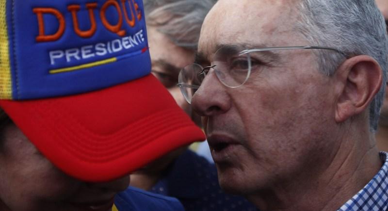 El expresidente de Colombia Álvaro Uribe habla con una simpatizante en la localidad de Rionegro tras conocer los resultados de las elecciones presidenciales que ganó Iván Duque en junio de 2018. EFE/Luis Eduardo Noriega A.