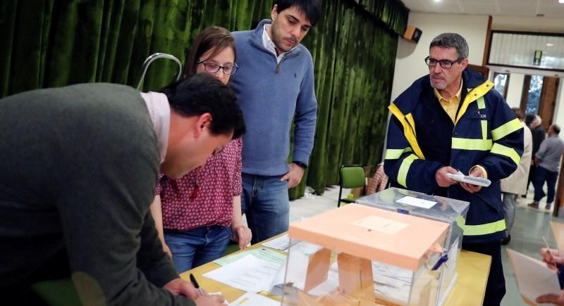 Un funcionario de Correos entrega a la presidenta de una mesa electoral votos emitidos por correspondencia. EFE/Zipi