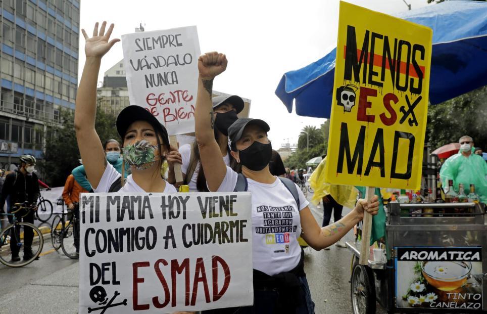 Manifestantes protestan este 28 de mayo, día en que se cumple un mes de paro nacional, en Bogotá (Colombia). EFE/ Carlos Ortega