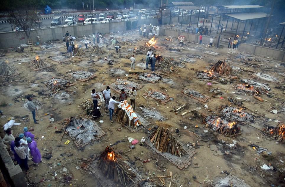 Imagen real de un crematorio de Nueva Delhi durante la incineración de muertos por la covid-19. EFE/EPA/IDREES MOHAMMED