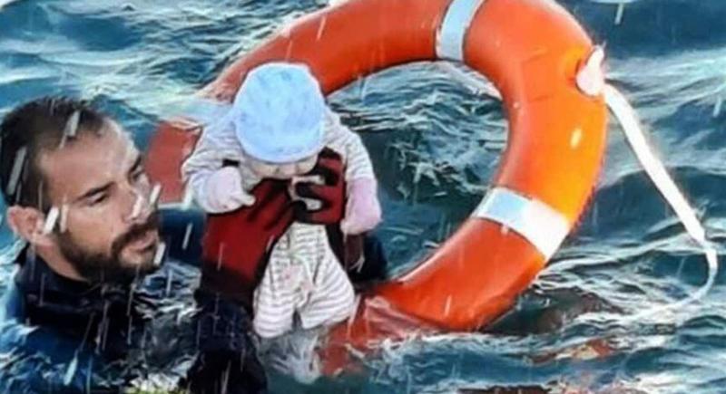 Un agente de la Guardia Civil rescata a un bebé del mar durante la crisis migratoria de Ceuta. EFE/ Twitter Guardia Civil.