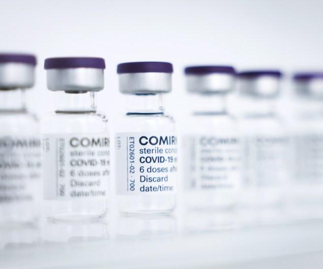 Vacunas contra la covid-19 de Pfizer/BioNTech en un centro de producción de la localidad alemana de Reinbeck, cerca de Hamburgo. EFE/EPA/Christian Charisius