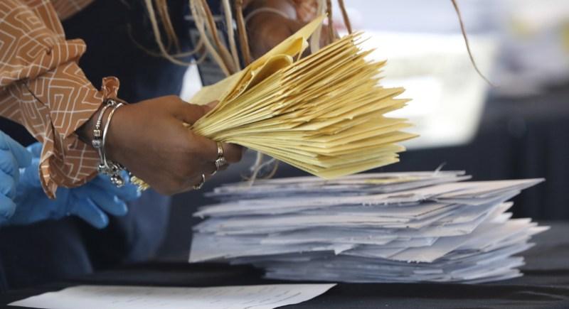 Verificación de papeletas de voto por correo en Atlanta durante el escrutinio de las últimas elecciones presidenciales de Estados Unidos. EFE/EPA/Erik S. Lesser