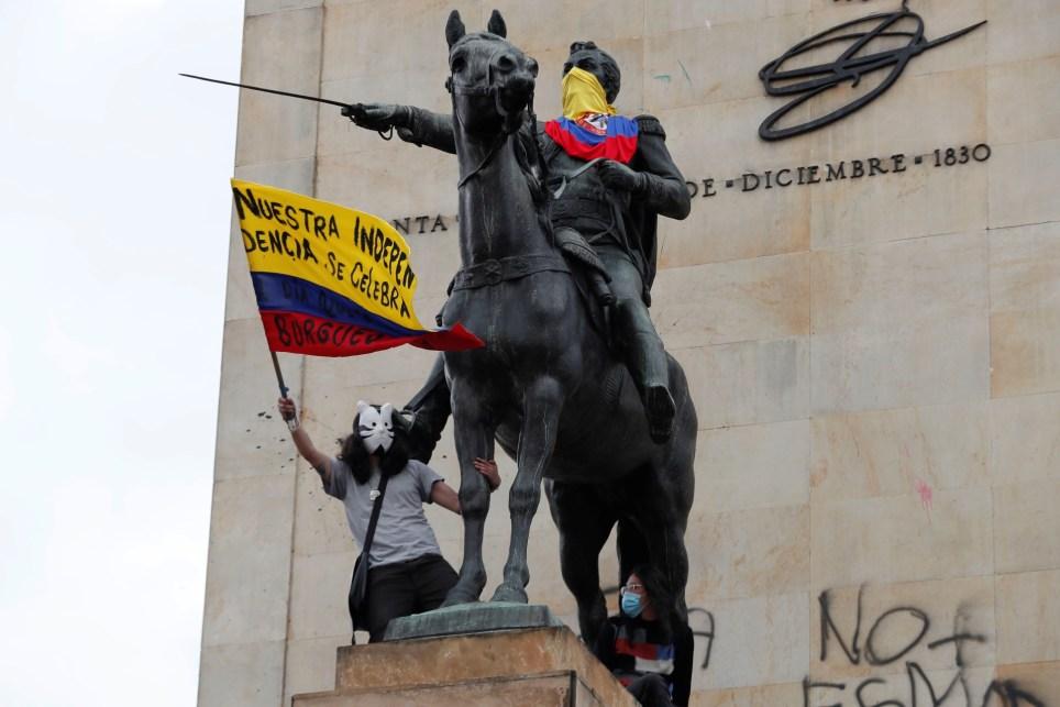 Estudiantes que participan en las protestas convocadas en Bogotá contra el Gobierno colombiano de Iván Duque. EFE/ Carlos Ortega