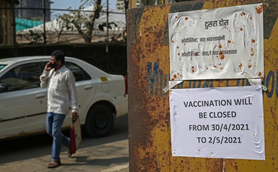 Un cartel anuncia en Bombay la suspensión temporal de la vacunación debido a la escasez de fármacos. EFE/EPA/DIVYAKANT SOLANKI