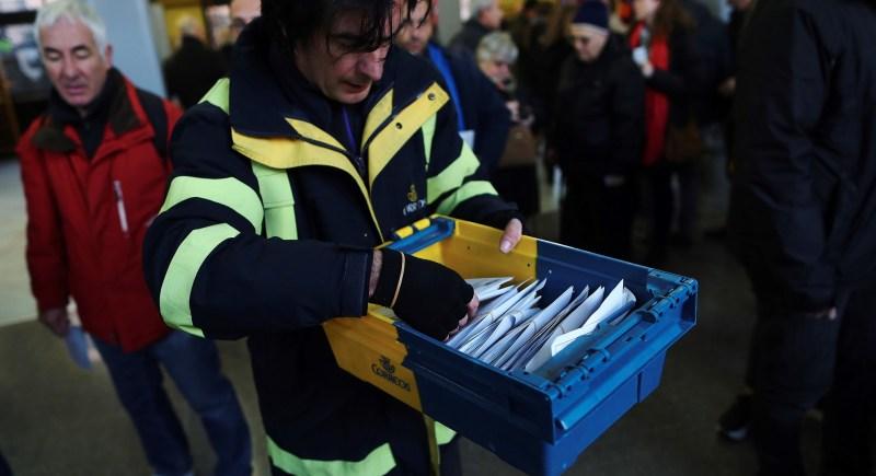 Un empleado de Correos a su llegada a un colegio electoral. EFE/Alejandro García