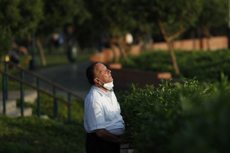 Un hombre se toma un momento para respirar mientras pasea por el malecón de Miraflores el 29 de enero de 2021, en Lima (Perú). EFE/ Paolo Aguilar
