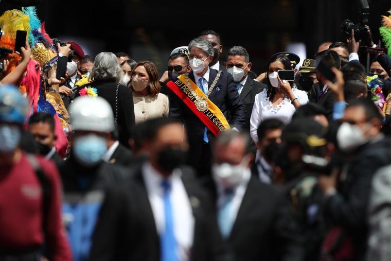 El presidente de Ecuador, Guillermo Lasso (c), junto a su familia, abandona el lugar tras su investidura el 24 de mayo en la sede de la Asamblea Nacional, en Quito (Ecuador). EFE/ José Jácome/Archivo