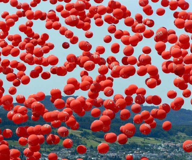 Un millar de globos rojos celebran el día mundial del donante de sangre en el lago suizo de Zúrich. EFE/EPA/Sigi Tischler